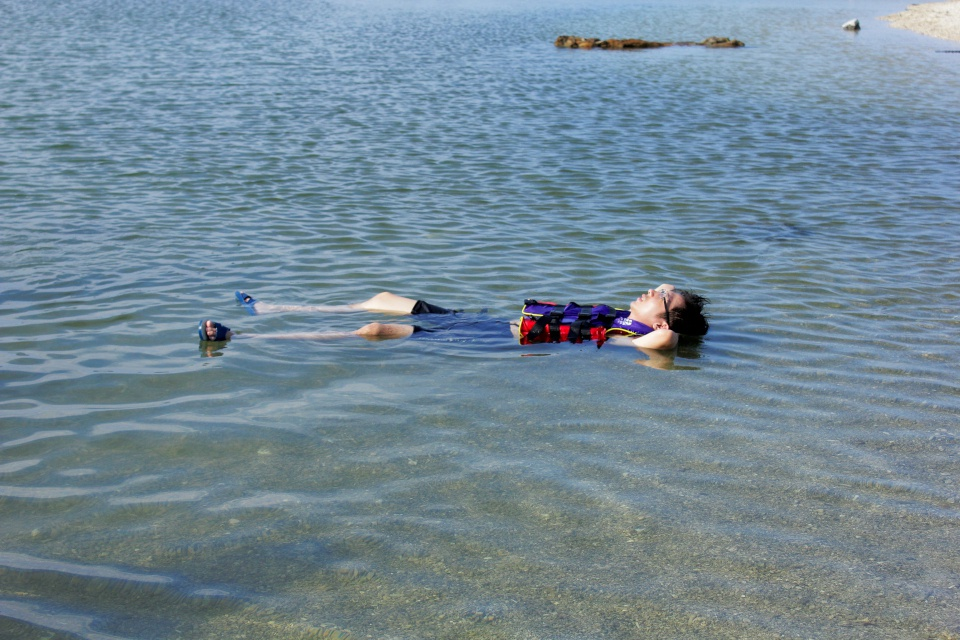 在集合要去浮潛之前,你必須先著好泳裝或者短袖上衣和短褲,如果有水底照相機或攝影機的朋友,可以攜帶。 集合完畢後,教練會帶各位去換浮潛裝備,浮潛裝備包含:防寒衣、救生衣、防滑鞋、面鏡,拿到裝備後,記得檢查一下各裝備有沒有問題。 穿完裝備,教練會領各位騎摩拖車到浮潛地點,教各位用牙膏或馬鞍騰的葉子洗面鏡,並教導各位浮潛的相關技巧。 下水後,教練會餵魚、逗魚給大家看,有興趣的朋友,可以自己帶旺旺仙貝,這可是魚兒們很喜歡的食物呢! 另外再偷偷告訴大家,浮潛完要上岸之前,大家一起穿著裝備坐在水中,以藍天碧海為背景,